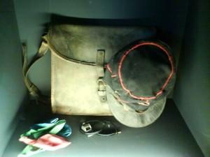 Casquette et sacoche de Tati en facteur dans Jour de fête (1949) © Dispatchbox Blog