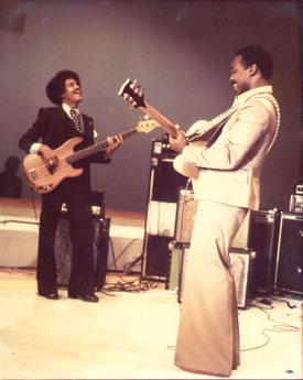 Phil Upchurch en 1976 aux côtés de George Benson